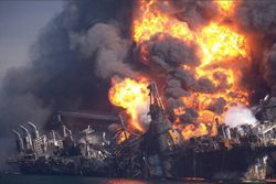 Deepwater_horizon_burning_sinks