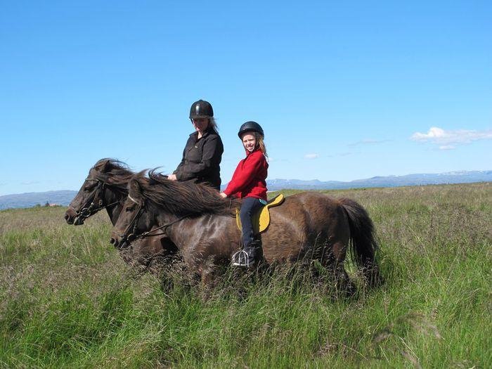Beta og Elín á hestbaki