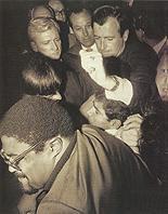 Opinberlega var Bobby Kennedy drepinn af Sirhan Sirhan - palestínsku ungmenni - Sirhan sést á miðri myndinni.jpg