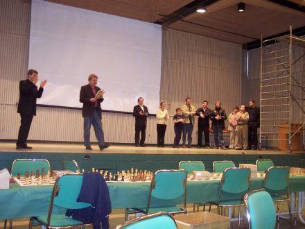 hk fra afhendingu verdlauna a hradskakmoti islands 2005. medal verdlaunahafa er sveinbjorn sigurdsson. vard efstur i flokki 50 ara og eldri.