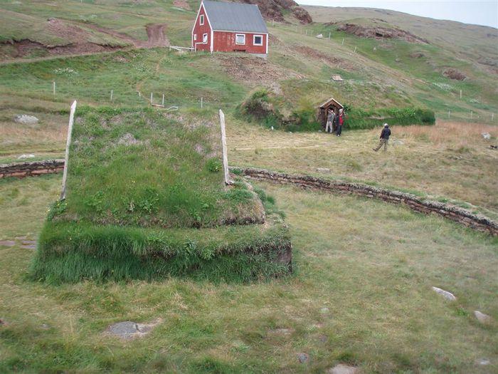 Kirkjan og bærinn í Bröttuhlíð