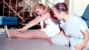 2-Vintage-Yoga-Photo-Indra-Devi-teaching-Marilyn-Monroe-Yoga-1960