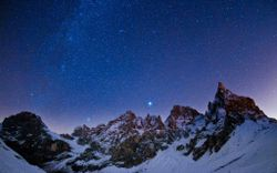 hd-wallpapers-star-night-wallpaper-mountains-sky-stars-light-winter-1680x1050-wallpaper.jpg
