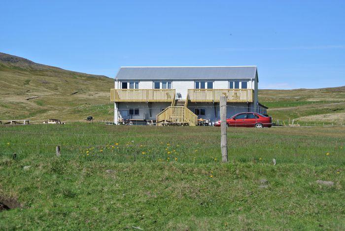Hlöðu í Norðurfirði hefur verið breytt í fyrsta flokks hótel, sem rekið er af Urðartindi.