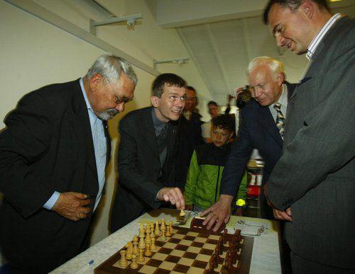 Jonathan Motzfeldt og Ivan Sokolov hefja fyrstu skákina í fyrstu umferð á fyrsta alþjóðlegamótinu á Grænlandi, 2003.