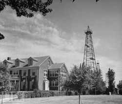 oklahoma_1942_oil_well.jpg