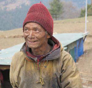 Lapkha Sherpa vinnur að byggingu fjölskylduhússins