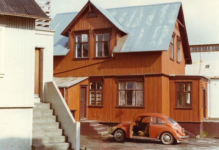 Njálsgata 22 suðurhlið 1976 Máluð, skipt um þakjárn bakskúr.